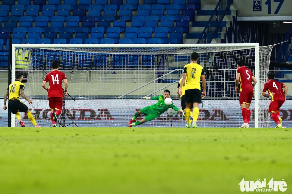 Tấn Trường dù phán đoán đúng hướng sút của tiền đạo De Paula bên phía Malaysia, tuy nhiên trái bóng găm vào góc xa khiến thủ môn của Việt Nam không thể cản phá